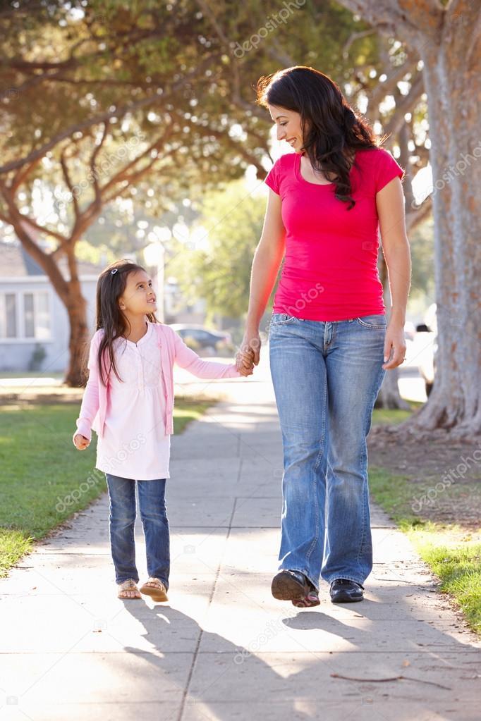 Фото мама с ребенком идут по дороге