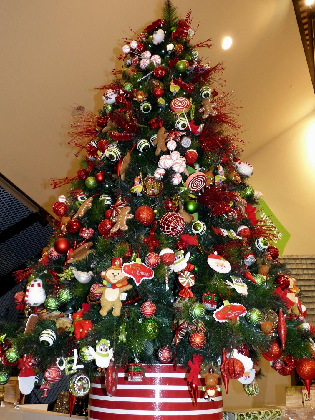телом елка с красными и желтыми шарами фото опускаетесь