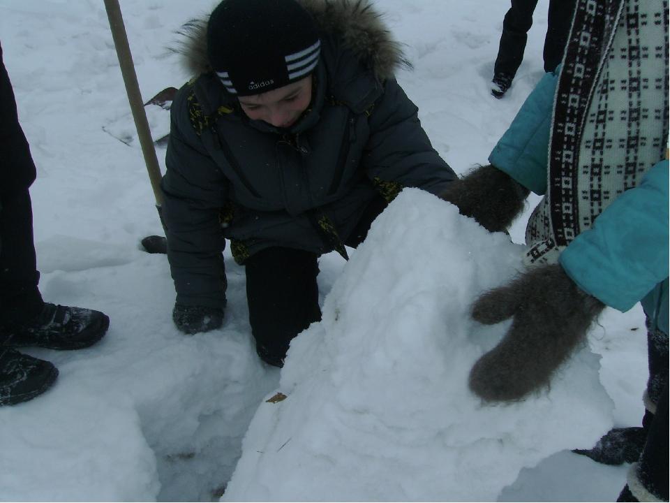2 шаг. Подготовить кирпичи: вырезать из снега с помощью лопаты или другого о...