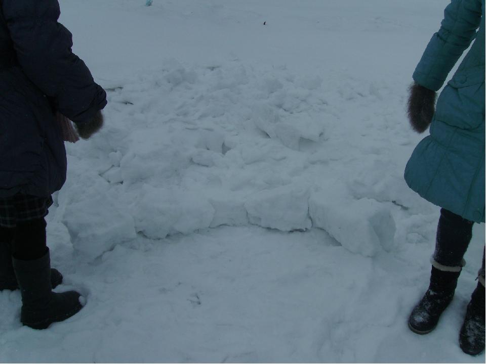 3 шаг.Начертить круг, по которому будет укладываться первый слой снежных кир...