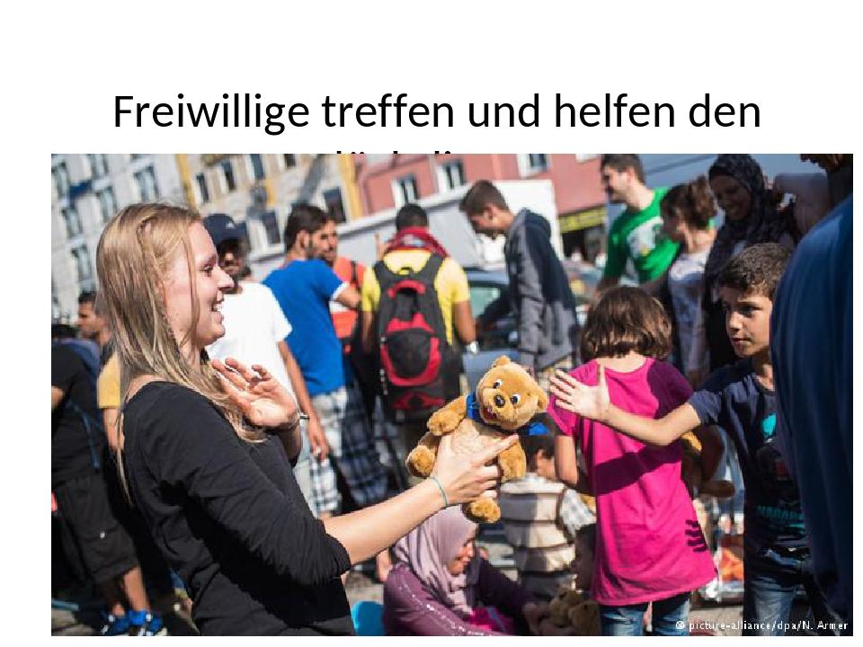 Freiwillige treffen und helfen den Flüchtlingen