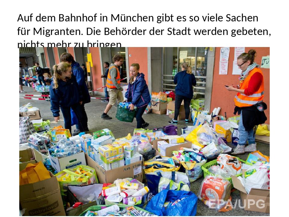 Auf dem Bahnhof in München gibt es so viele Sachen für Migranten. Die Behörde...