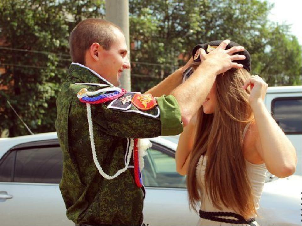 В деревне девушка жила и парня с армии ждала