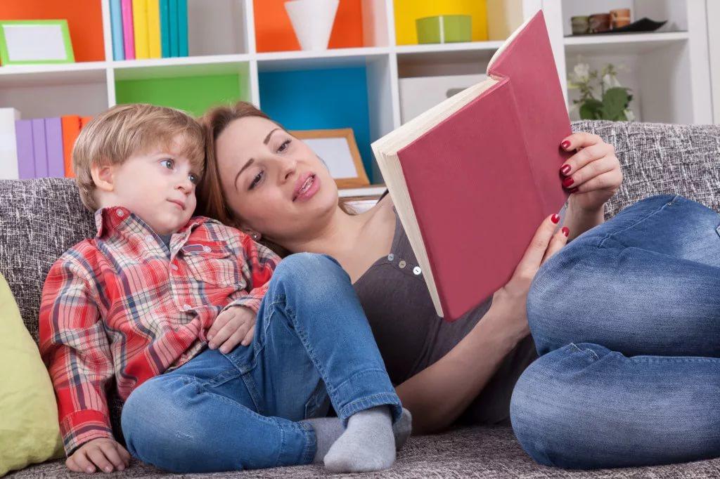 Картинки дети читают книги с родителями, днем