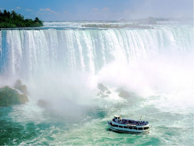 Падая с высокого уступа река образует водопады. Самый высокий водопад Анхель...