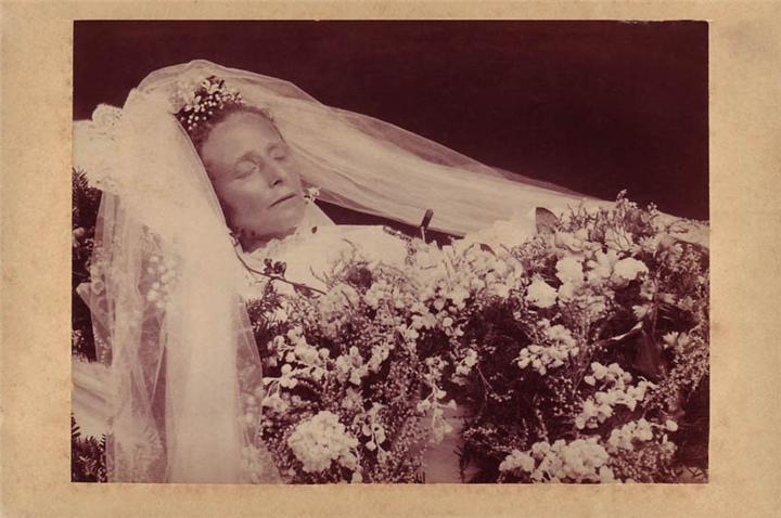 таких случаях американка сфотографировалась на фоне гроба раздела трус балбес